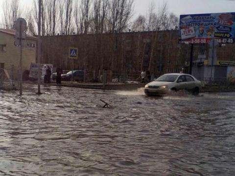 Машины глохнут в потоках воды на дорогах в Бердске