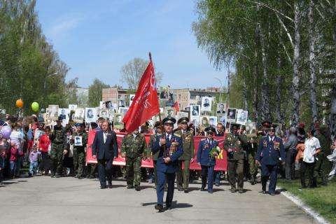 Знамя Победы несет кавалер Ордена мужества, ордена «За службу Родине» майор Олег Козинченко