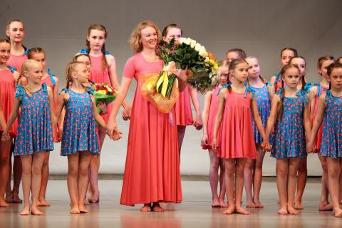 Юные танцоры со своим руководителем