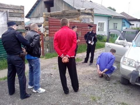 Троих подозреваемых в преступлении заковали в наручники в Бердске