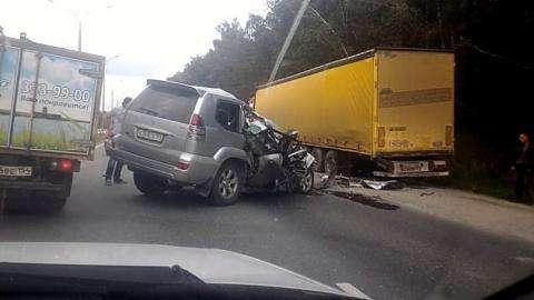 Тойота Прадо влетела под стоящую фуру