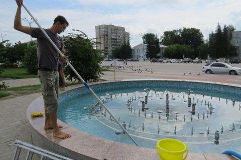 Гидротехник Артем Лазарев чистит бердский фонтан
