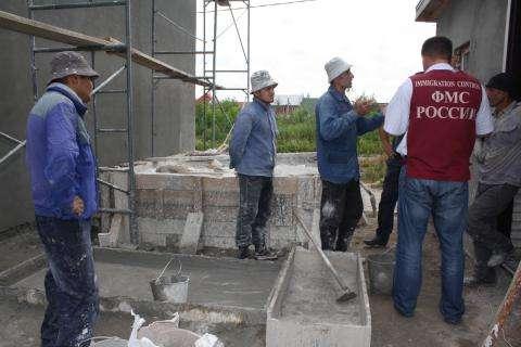 Мигранты незаконно работали на стройке