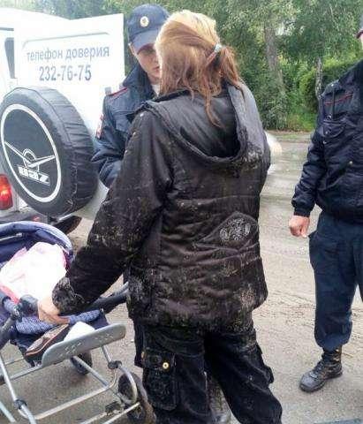 Пьяная мать возила по Искитиму ребенка, завернутого в целлофан