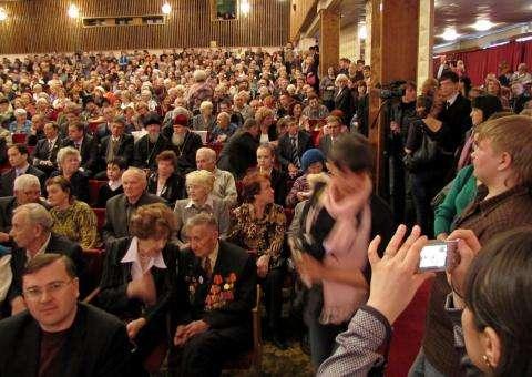 Инаугурация Ильи Потапова, которого в 2011 году избрали главой Бердска, проходила в переполненном зале ДК Родина. На вступление красного мэра в должность смотрели даже стоя в проходах