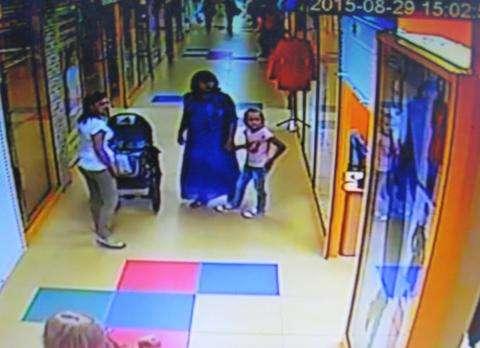 Женщина с коляской украла женское пальто на рынке в Бердске