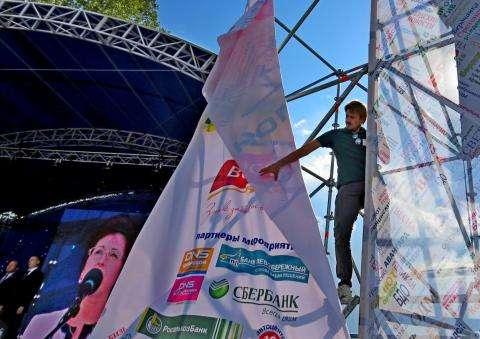 Режиссер праздников Роман Мотылюк в День города Бердска 4 сентября лично приделывал на место лопнувший баннер на сцене