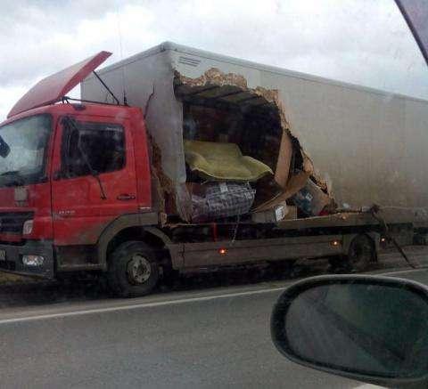 Водитель грузового автомобиля «Мерседес» спровоцировал массовую аварию на М-52