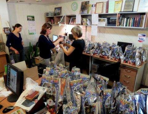Журналисты упаковали конфеты для больных детей в праздничную упаковку