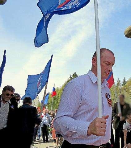 Секретарь МО «ЕР» Андрей Пилько (на фото в центре) объявил заседание по исключению Николая Шамаля (на фото слева) из политсовета