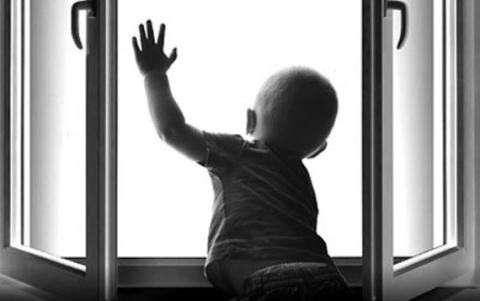 В Бердске 2-летний мальчик выпал из окна с 4 этажа пока родители спали