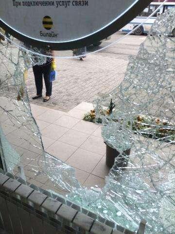 Преступники проникли в салон сотовой связи через разбитое окно