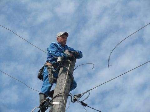 Аварийная бригада энергетиков устраняет аварию на электросетях в Бердске
