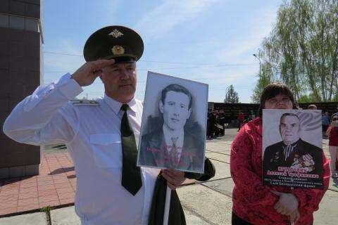 Майор МЧС в отставке Владимир Серёгин с портретом своего деда рядового Серёгина Ивана Григорьевича, погибшего в 1943 году