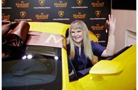 Юлия Сорокина из Искитима и ее автомобиль Lamborghini