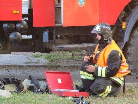В центре Бердска горят сараи. Есть угроза перехода огня на жилой дом