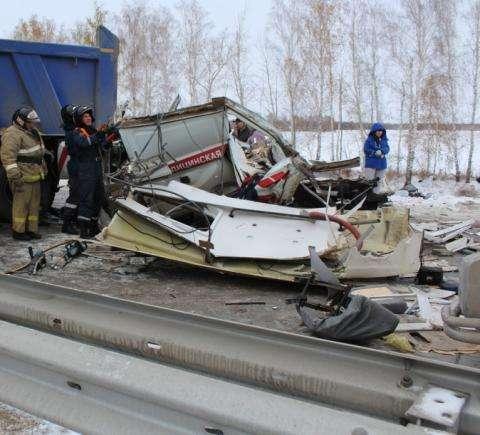 Фельдшер и шофёр скорой погибли вмассовом ДТП вНовосибирской области