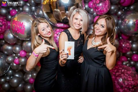 Олеся Зиновьева (на фото в центре) с призом - IPhone 6S розовое золото