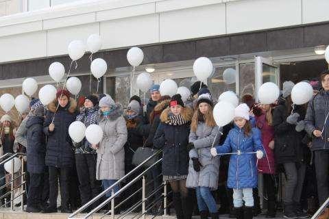 В День памяти жертв ДТП в небо Бердска запустили белые шары