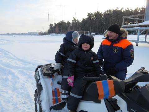 Спасатели и пожарные МЧС России провели день открытых дверей для своих семей в бердском ПСО