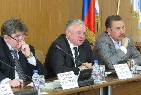 Министр здравоохранения НСО Олег Иванинский (на фото в центре) в Бердске высказался за укрупнение медучреждений