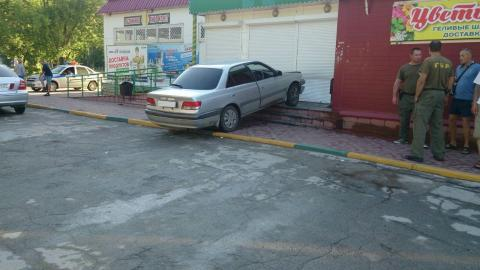 Налетел на крыльцо магазина и сбил женщину водитель «Тойоты» в Бердске