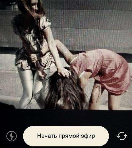 Подростковая жестокость: две девочки дерутся, а толпа снимает это на видео и пускает в прямой эфир