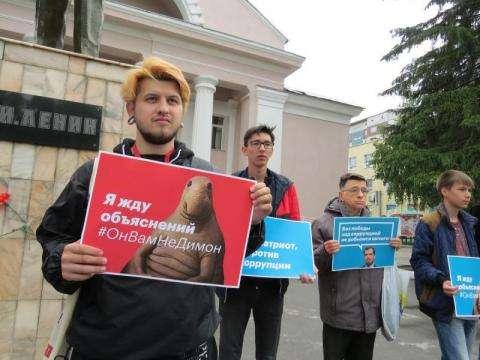 Участники антикоррупционного митинга - сторонники Навального - в Бердске 12 июня 2017 года