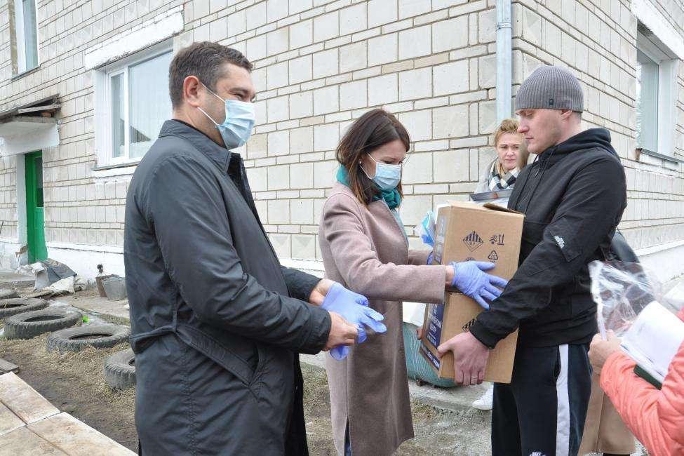 Мобильную приемную волонтерам передали депутаты Заксобрания в Новосибирске