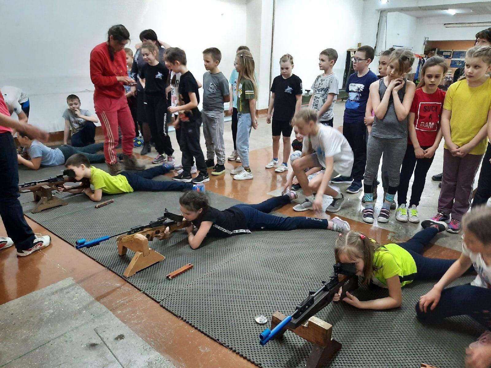 С винтовкой в руках. Школьники в Бердске примерили на себя роль биатлониста